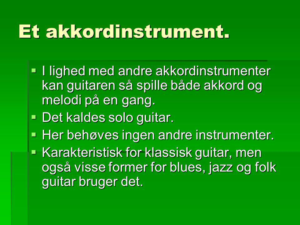 Et akkordinstrument. I lighed med andre akkordinstrumenter kan guitaren så spille både akkord og melodi på en gang.