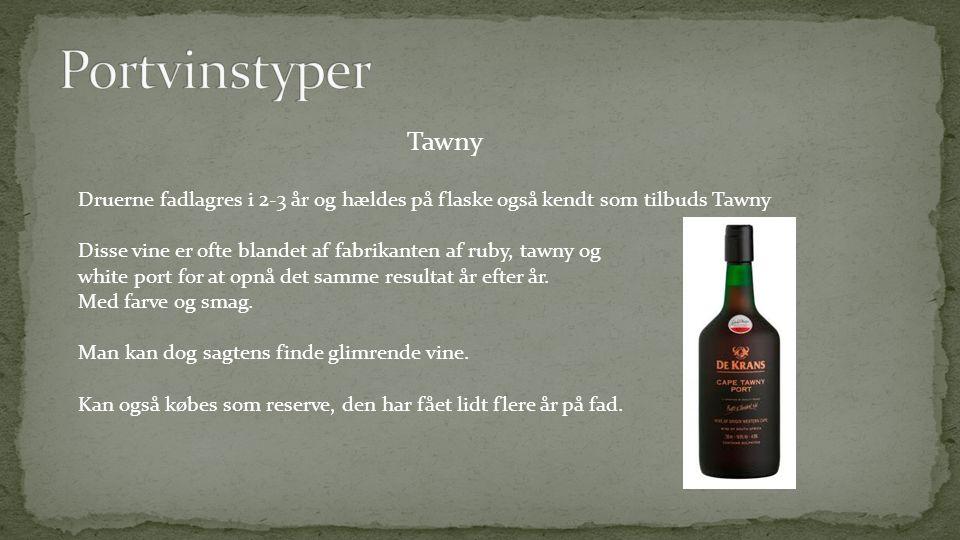 Portvinstyper Tawny. Druerne fadlagres i 2-3 år og hældes på flaske også kendt som tilbuds Tawny.