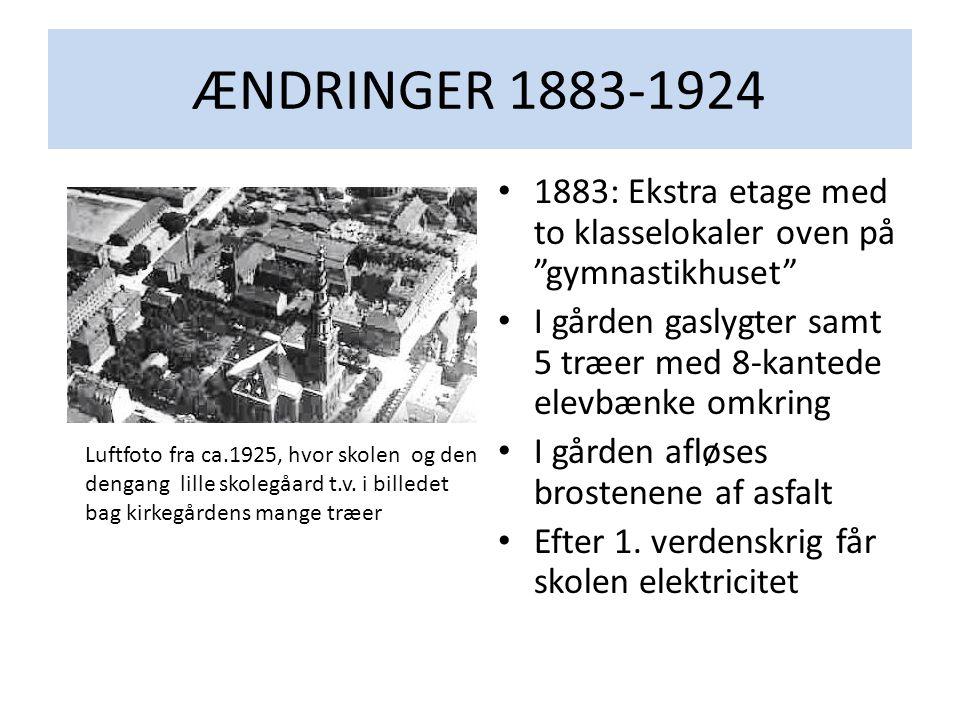 ÆNDRINGER 1883-1924 1883: Ekstra etage med to klasselokaler oven på gymnastikhuset I gården gaslygter samt 5 træer med 8-kantede elevbænke omkring.