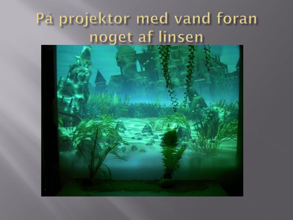På projektor med vand foran noget af linsen