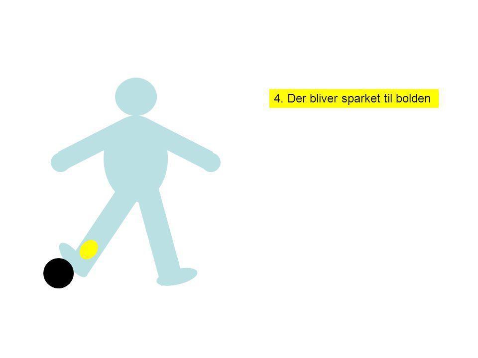 4. Der bliver sparket til bolden