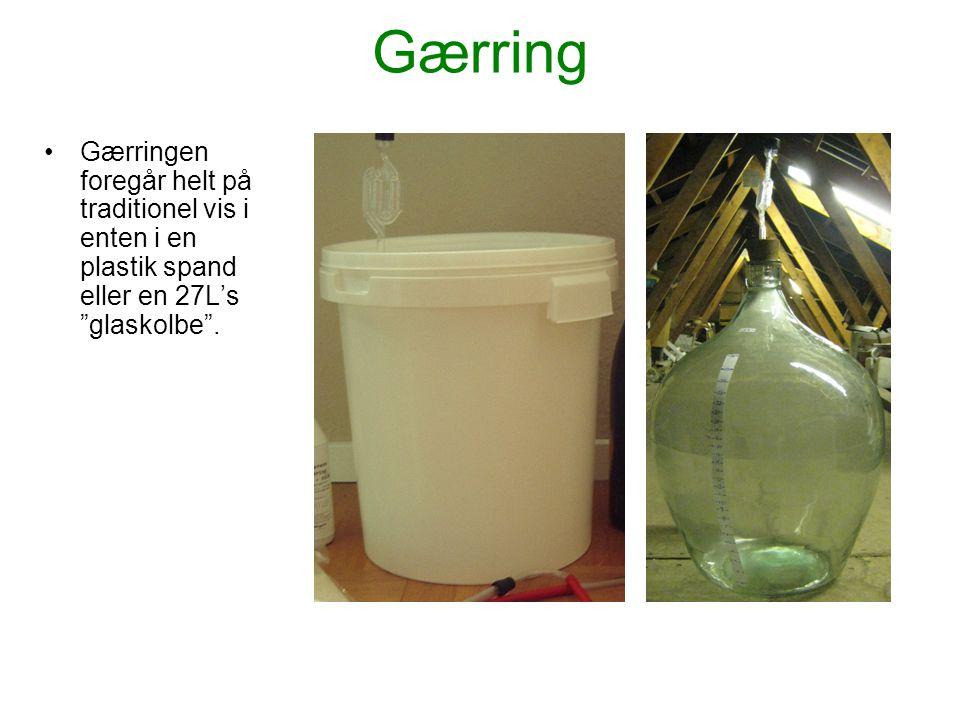 Gærring Gærringen foregår helt på traditionel vis i enten i en plastik spand eller en 27L's glaskolbe .