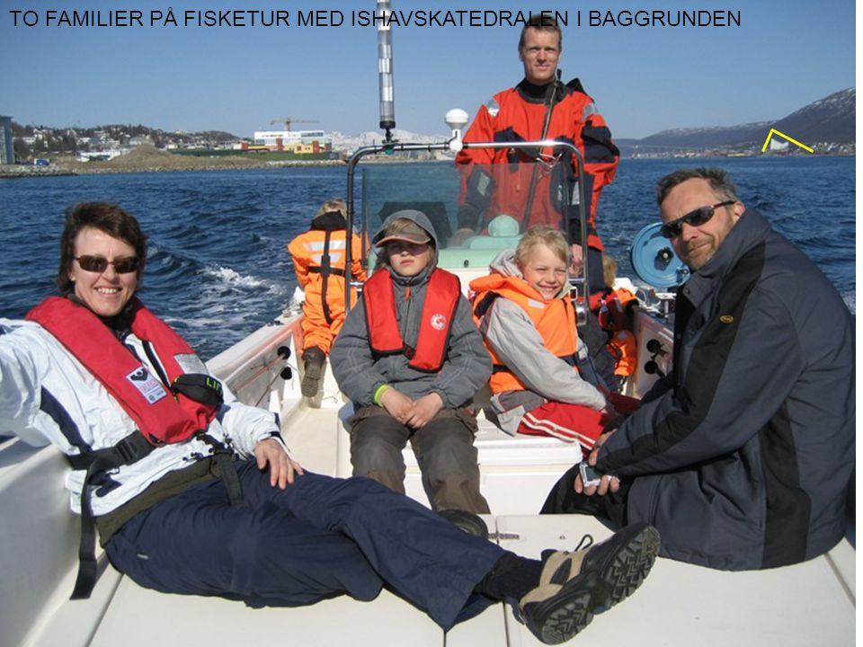 TO FAMILIER PÅ FISKETUR MED ISHAVSKATEDRALEN I BAGGRUNDEN