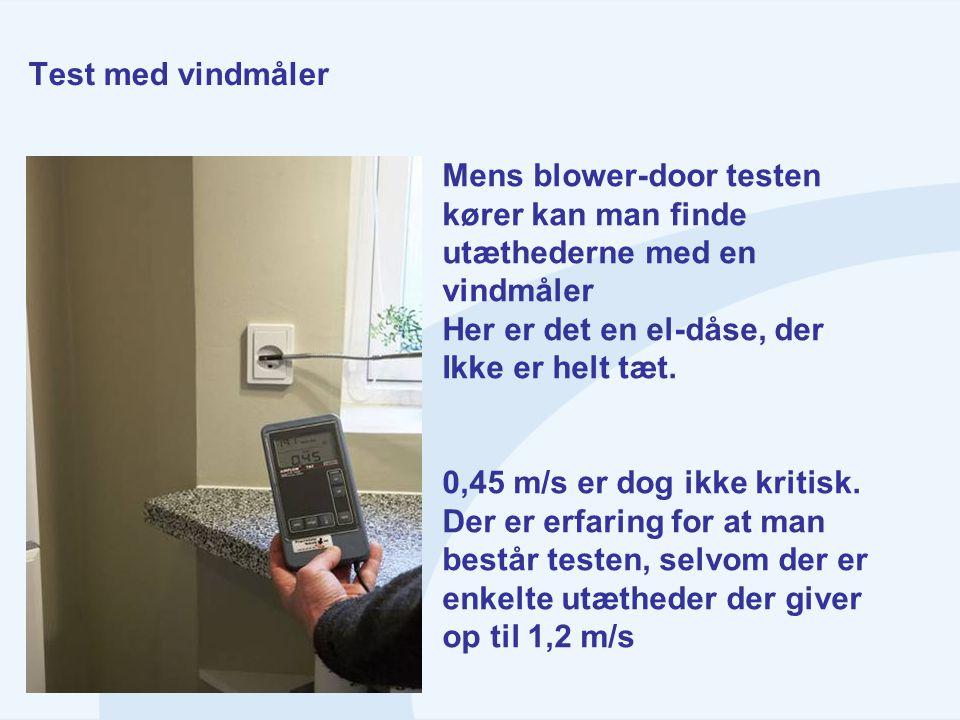Test med vindmåler Mens blower-door testen. kører kan man finde. utæthederne med en. vindmåler. Her er det en el-dåse, der.