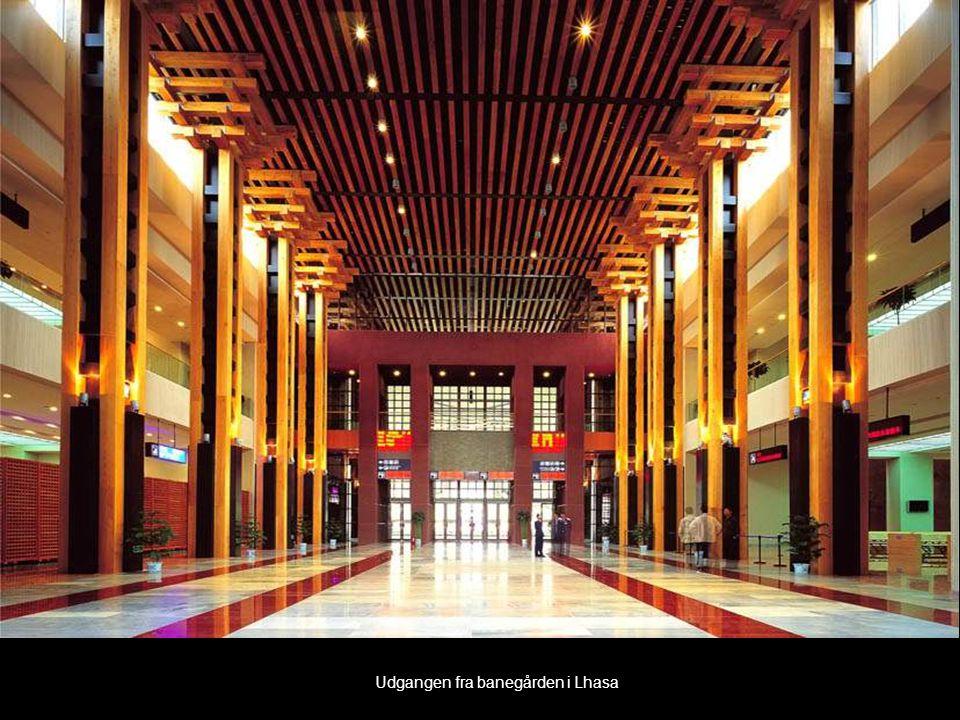 Udgangen fra banegården i Lhasa