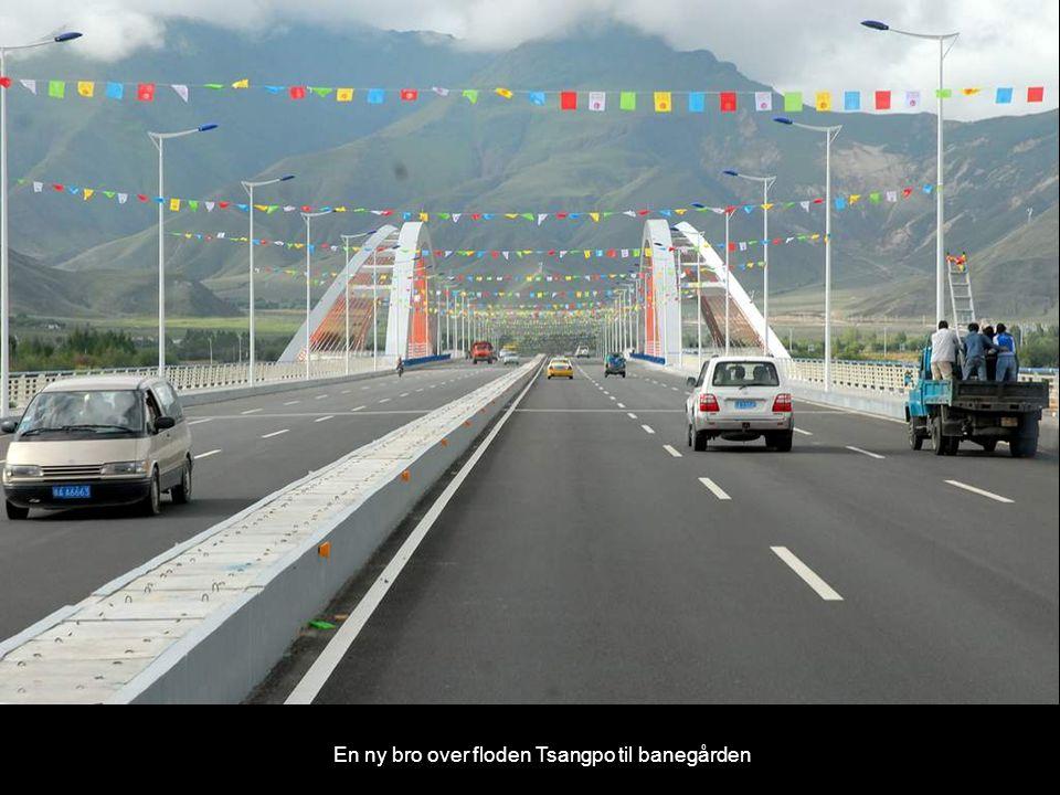 En ny bro over floden Tsangpo til banegården