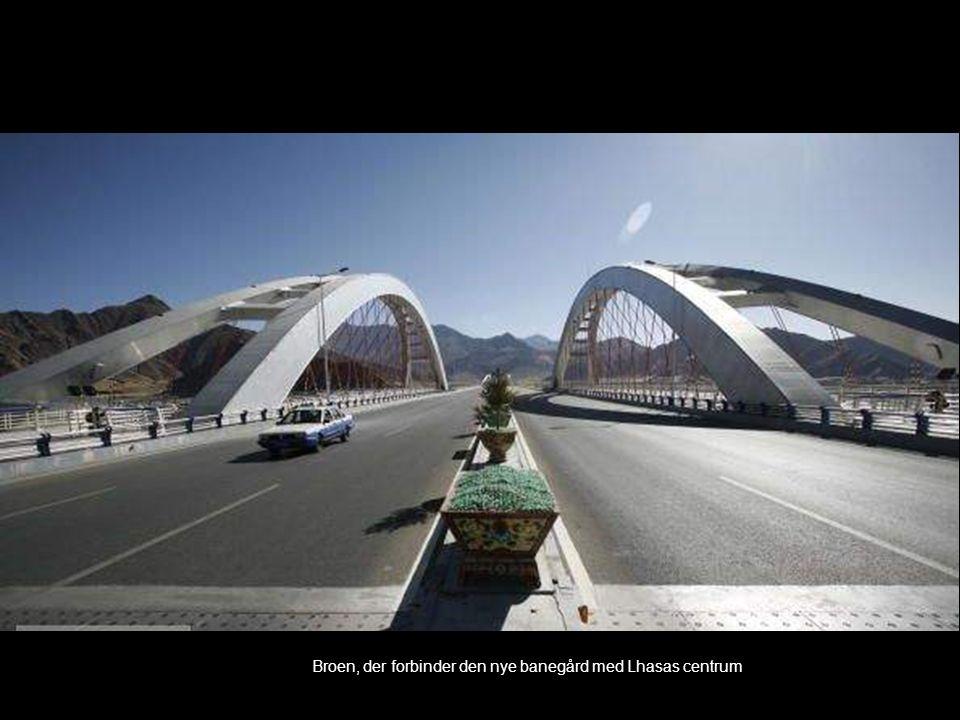 Broen, der forbinder den nye banegård med Lhasas centrum