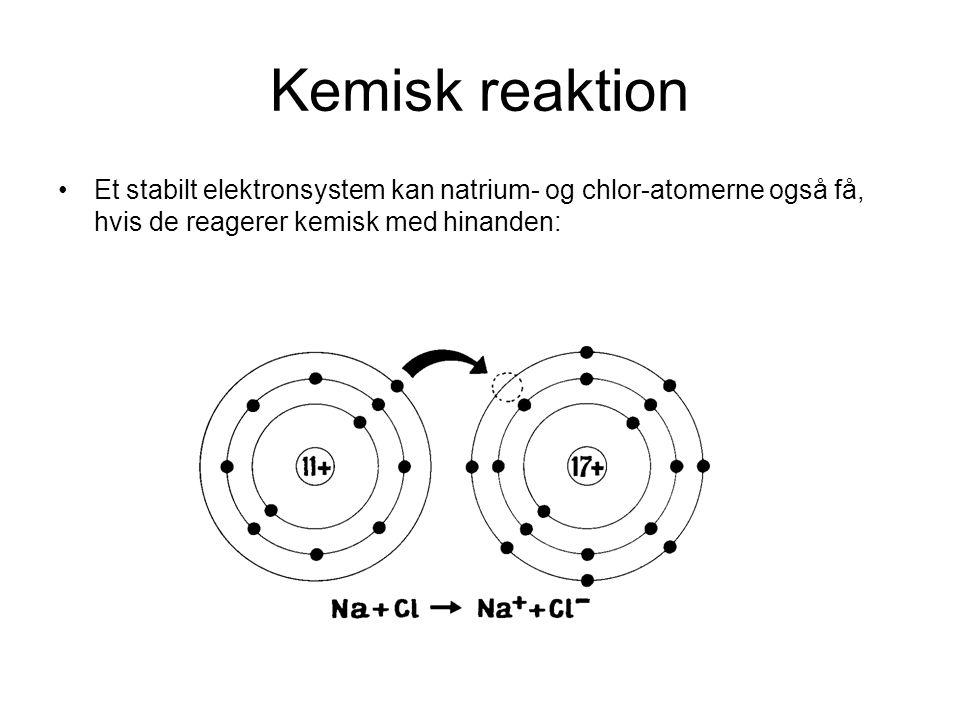Kemisk reaktion Et stabilt elektronsystem kan natrium- og chlor-atomerne også få, hvis de reagerer kemisk med hinanden: