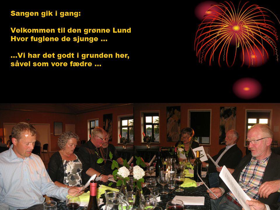 Sangen gik i gang: Velkommen til den grønne Lund Hvor fuglene de sjunge ...