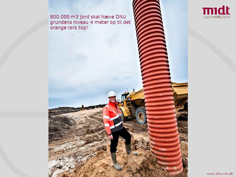 800.000 m3 jord skal hæve DNU grundens niveau 4 meter op til det orange rørs top!