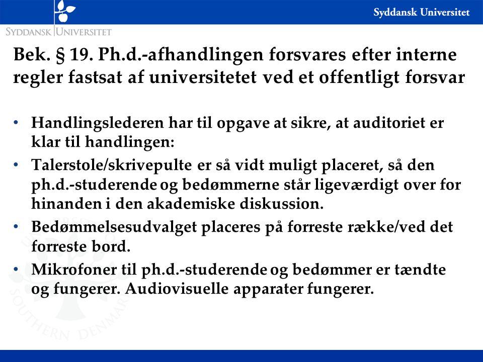 Bek. § 19. Ph.d.-afhandlingen forsvares efter interne regler fastsat af universitetet ved et offentligt forsvar