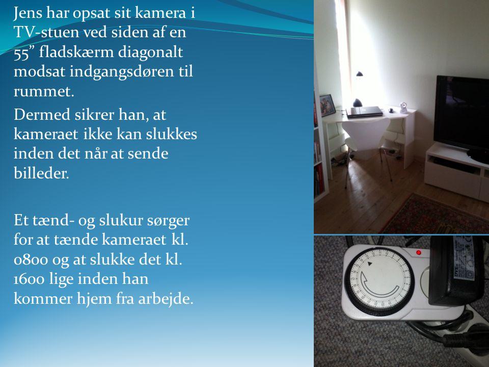Jens har opsat sit kamera i TV-stuen ved siden af en 55 fladskærm diagonalt modsat indgangsdøren til rummet.