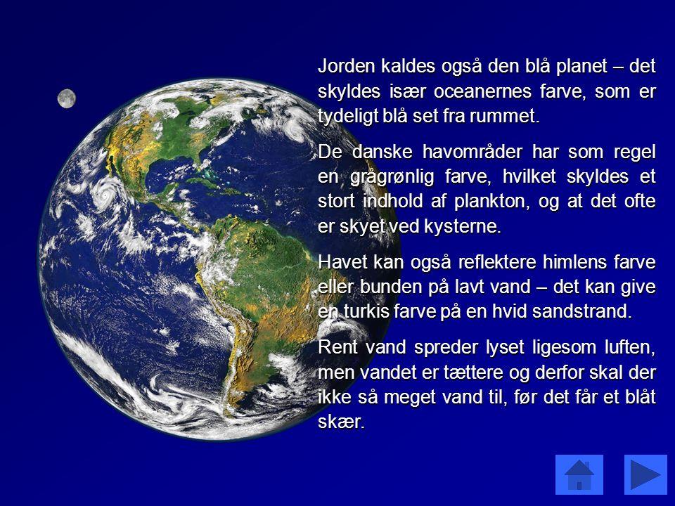 Jorden kaldes også den blå planet – det skyldes især oceanernes farve, som er tydeligt blå set fra rummet.