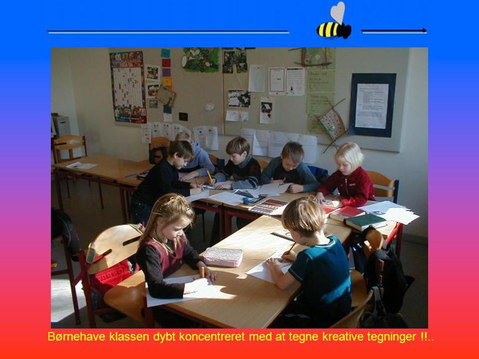Børnehave klassen dybt koncentreret med at tegne kreative tegninger !!..