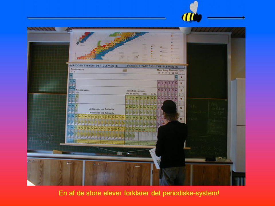 En af de store elever forklarer det periodiske-system!