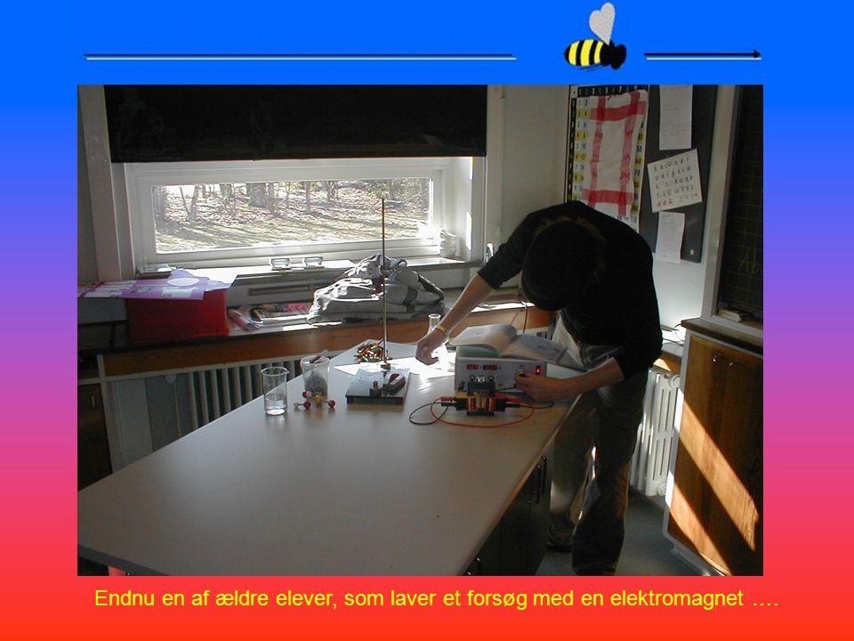 Endnu en af ældre elever, som laver et forsøg med en elektromagnet ….