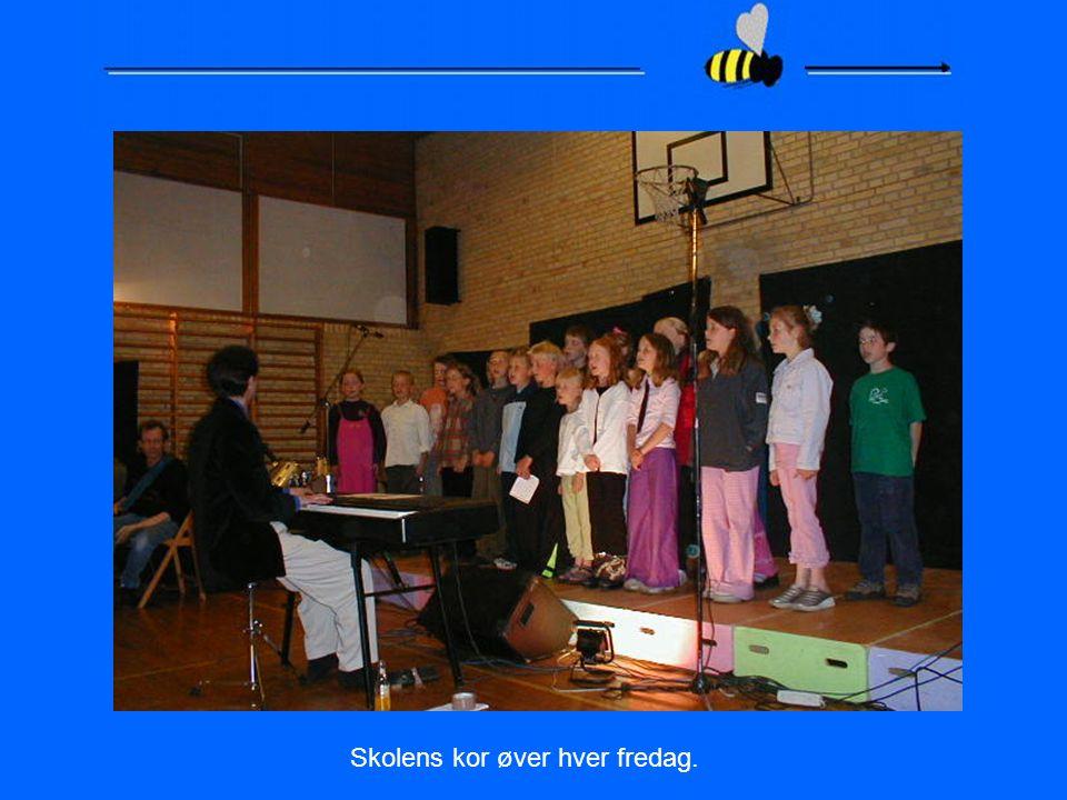 Skolens kor øver hver fredag.