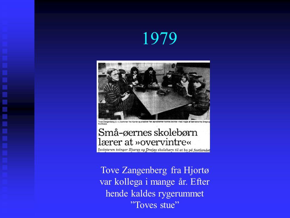 1979 Tove Zangenberg fra Hjortø var kollega i mange år. Efter hende kaldes rygerummet Toves stue