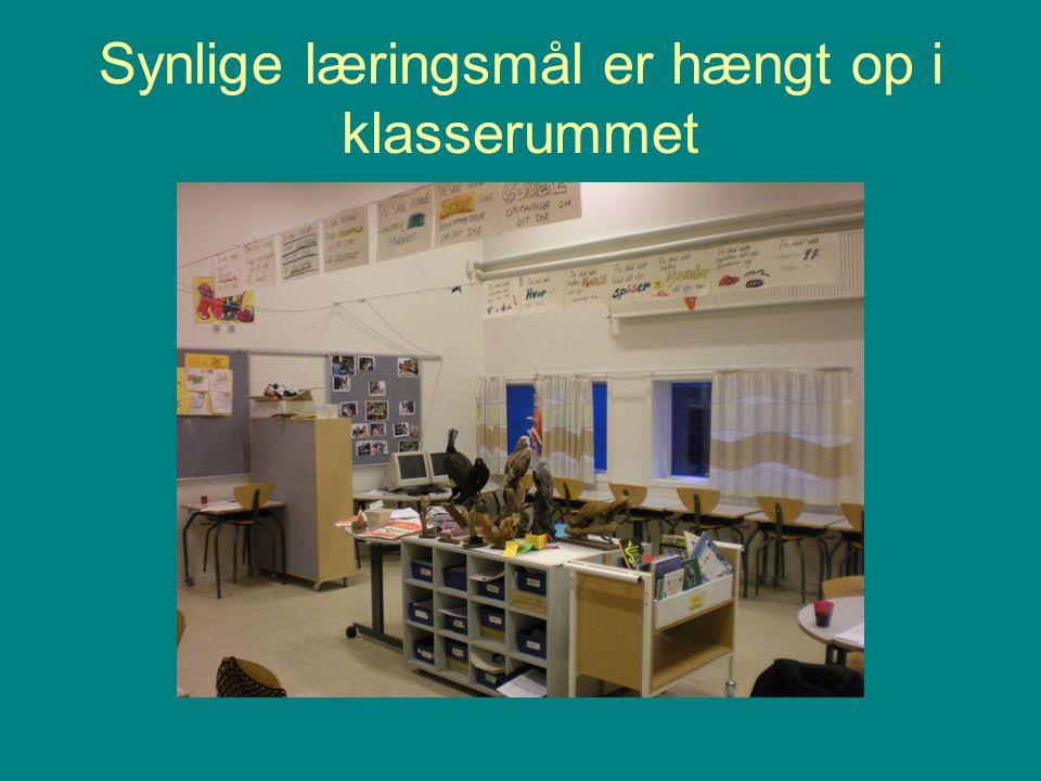 Synlige læringsmål er hængt op i klasserummet