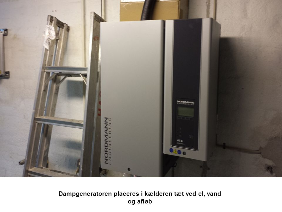 Dampgeneratoren placeres i kælderen tæt ved el, vand og afløb