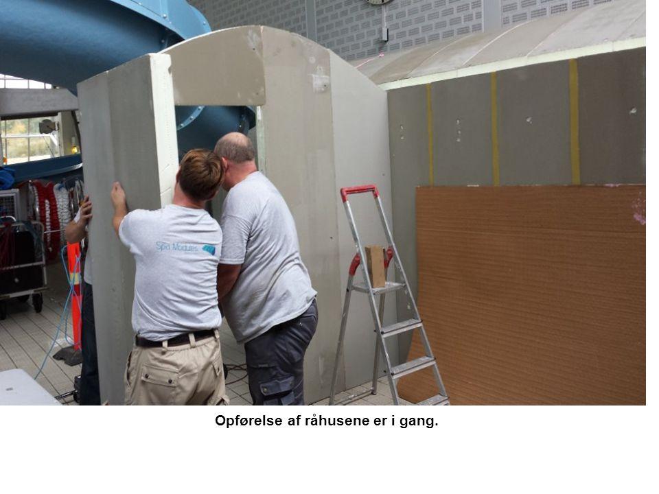 Opførelse af råhusene er i gang.
