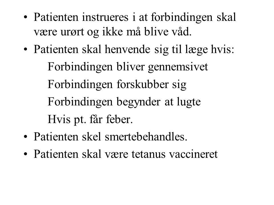 Patienten instrueres i at forbindingen skal være urørt og ikke må blive våd.