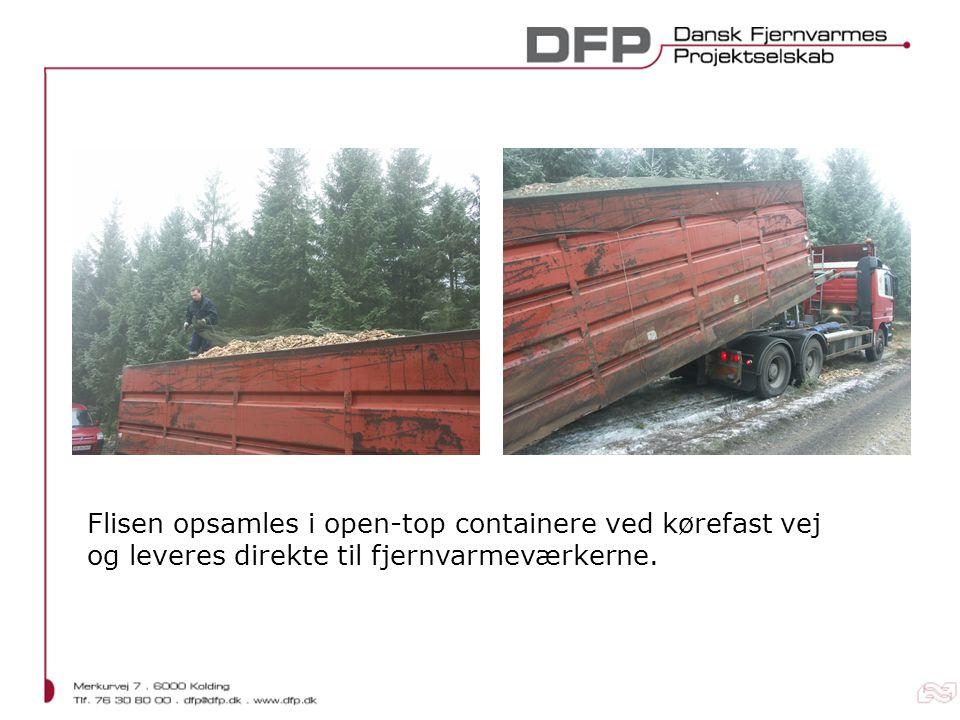 Flisen opsamles i open-top containere ved kørefast vej