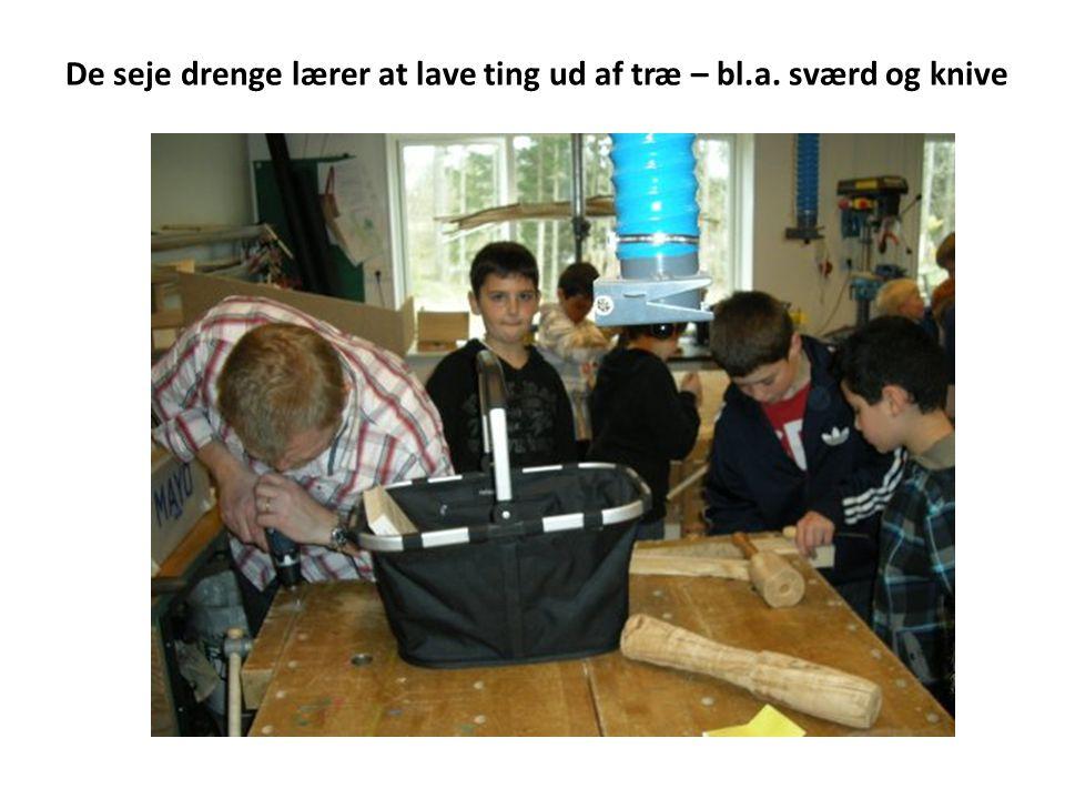 De seje drenge lærer at lave ting ud af træ – bl.a. sværd og knive