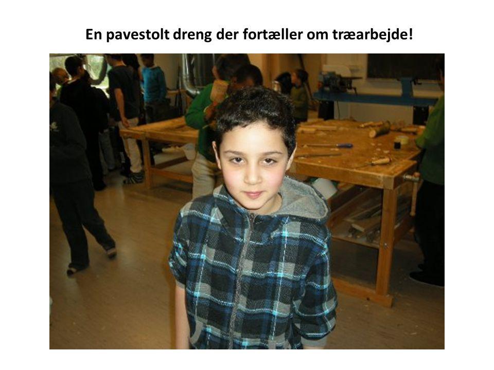 En pavestolt dreng der fortæller om træarbejde!