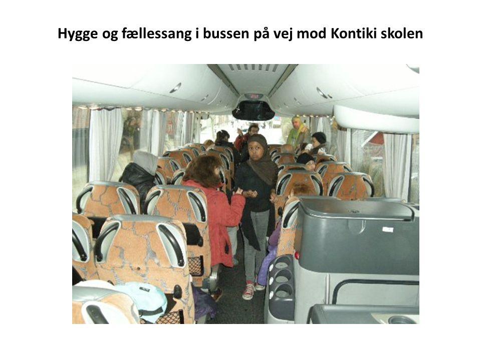Hygge og fællessang i bussen på vej mod Kontiki skolen