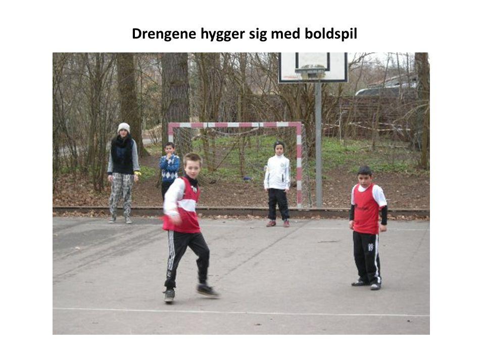 Drengene hygger sig med boldspil