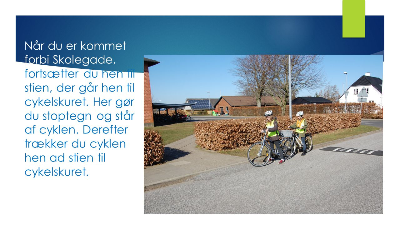 Når du er kommet forbi Skolegade, fortsætter du hen til stien, der går hen til cykelskuret.