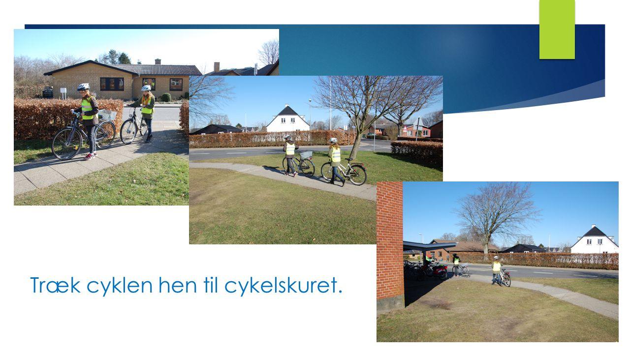 Træk cyklen hen til cykelskuret.