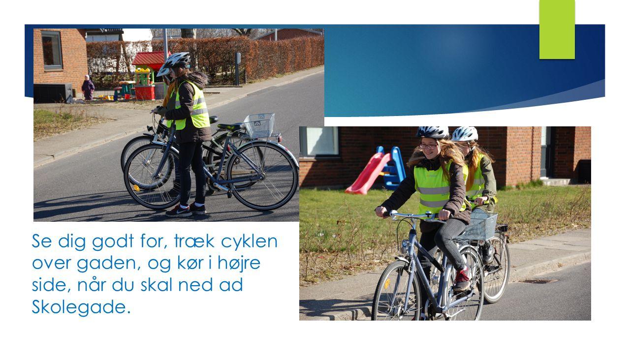 Se dig godt for, træk cyklen over gaden, og kør i højre side, når du skal ned ad Skolegade.