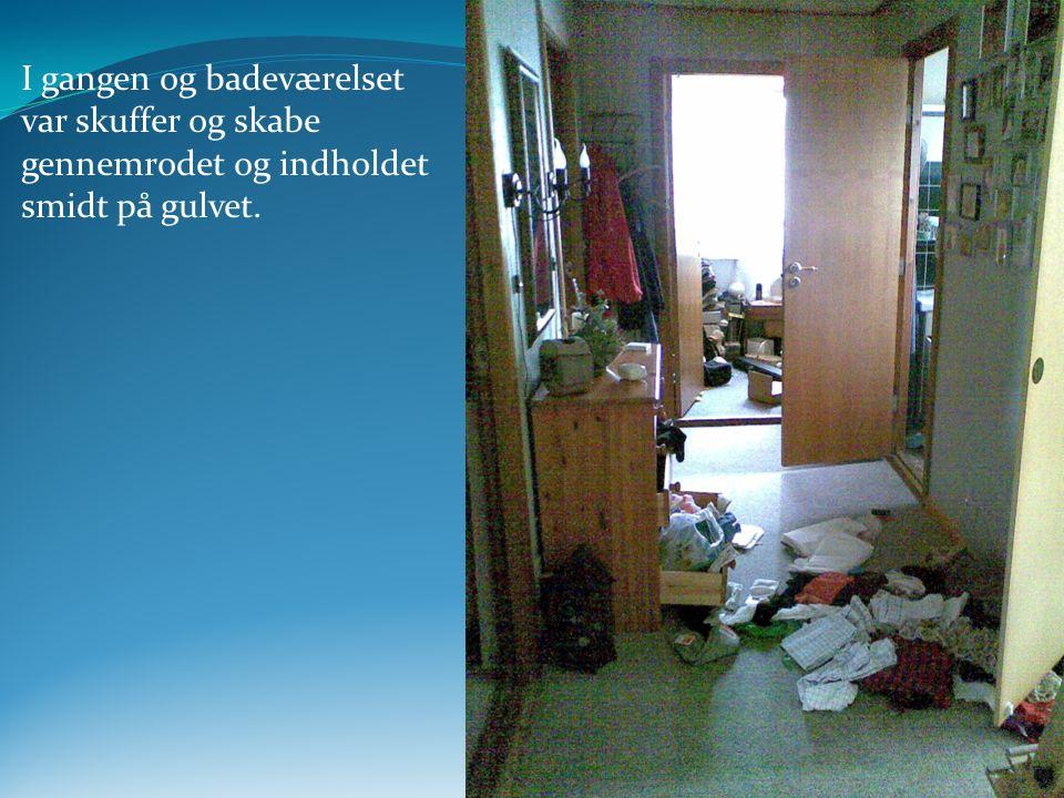 I gangen og badeværelset var skuffer og skabe gennemrodet og indholdet smidt på gulvet.