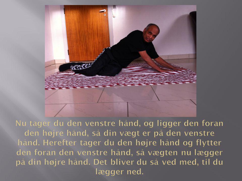 Nu tager du den venstre hånd, og ligger den foran den højre hånd, så din vægt er på den venstre hånd.