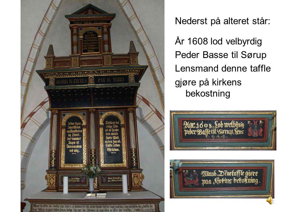 Nederst på alteret står: