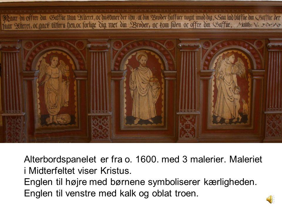 Alterbordspanelet er fra o. 1600. med 3 malerier. Maleriet