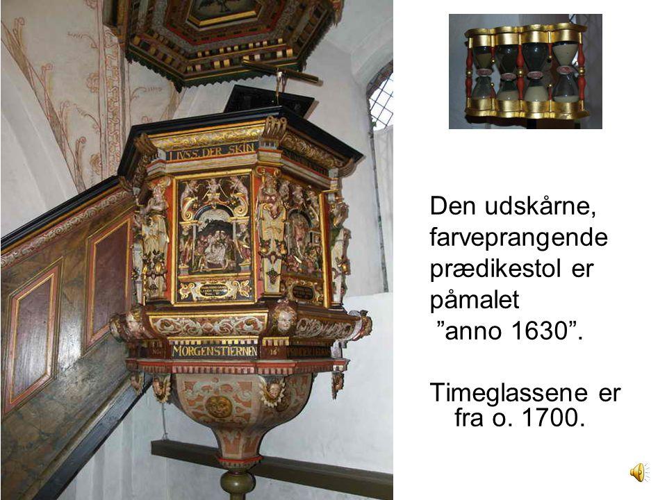 Den udskårne, farveprangende prædikestol er påmalet anno 1630 . Timeglassene er fra o. 1700.