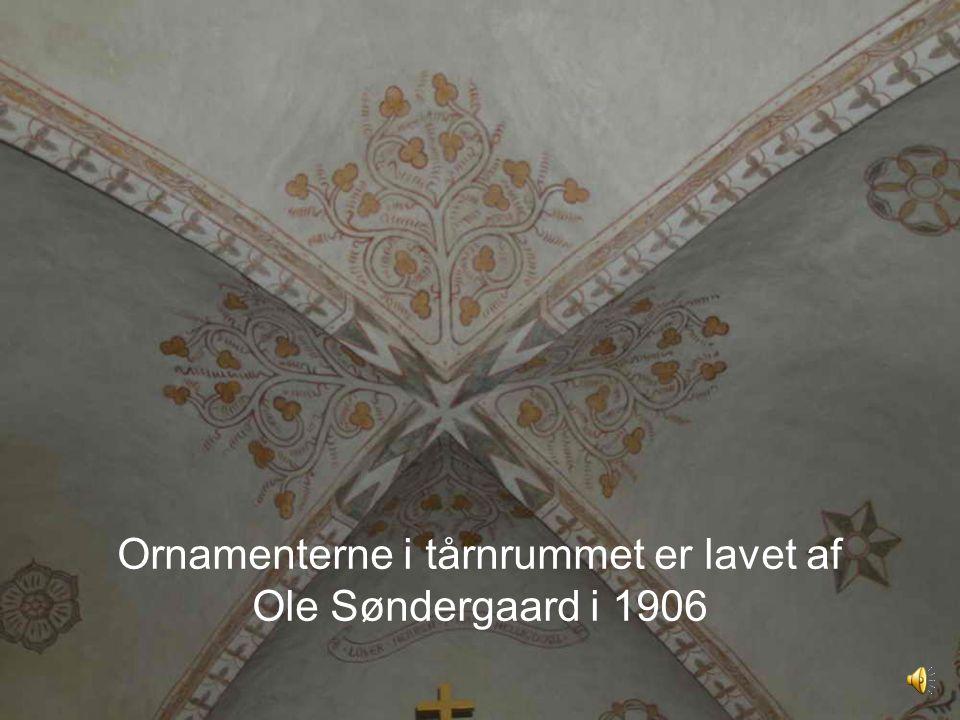 Ornamenterne i tårnrummet er lavet af Ole Søndergaard i 1906