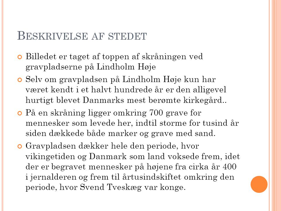 Beskrivelse af stedet Billedet er taget af toppen af skråningen ved gravpladserne på Lindholm Høje.