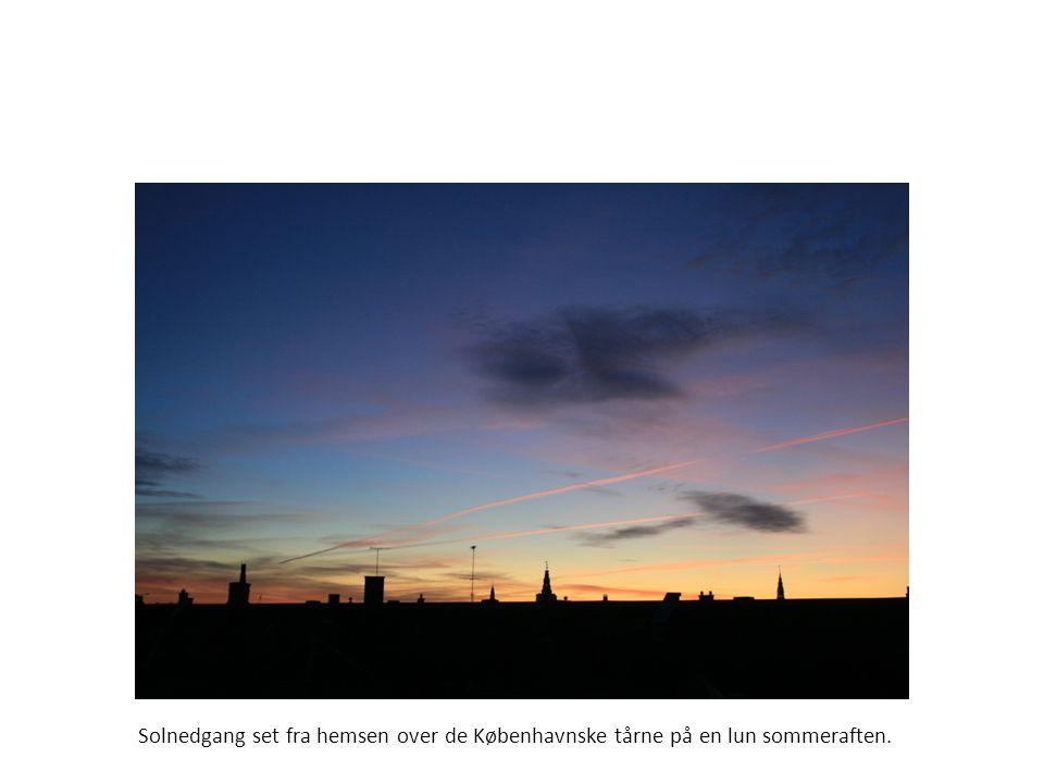 Solnedgang set fra hemsen over de Københavnske tårne på en lun sommeraften.