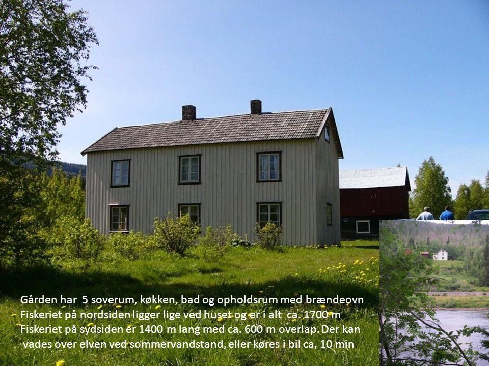 Gården har 5 soverum, køkken, bad og opholdsrum med brændeovn