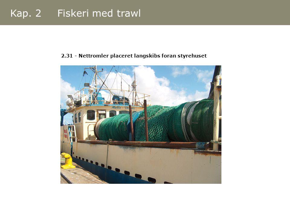 Kap. 2 Fiskeri med trawl 2.31 - Nettromler placeret langskibs foran styrehuset
