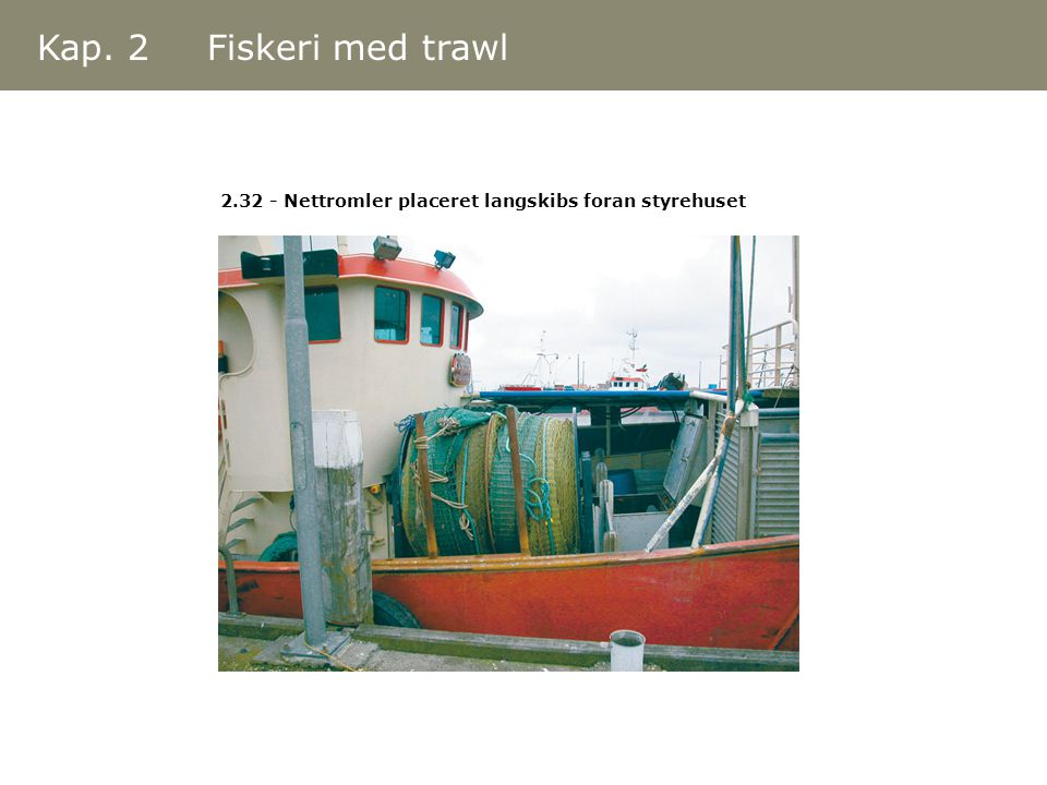 Kap. 2 Fiskeri med trawl 2.32 - Nettromler placeret langskibs foran styrehuset