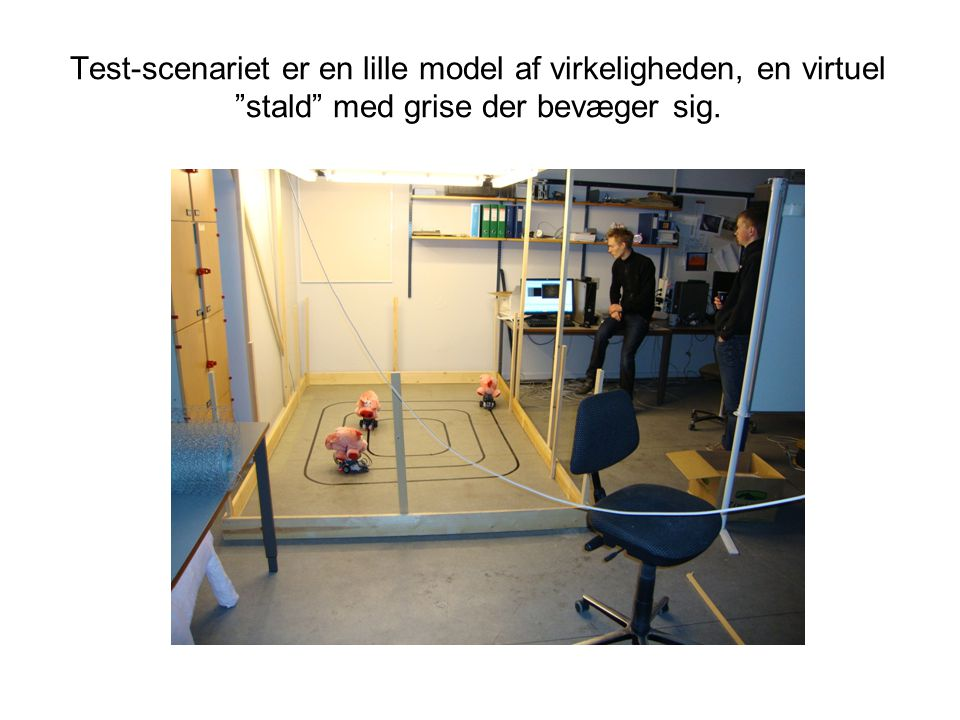 Test-scenariet er en lille model af virkeligheden, en virtuel stald med grise der bevæger sig.