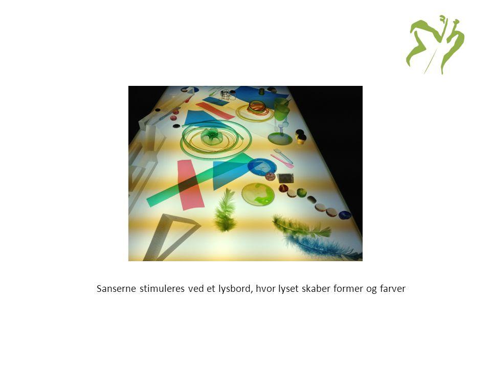Sanserne stimuleres ved et lysbord, hvor lyset skaber former og farver