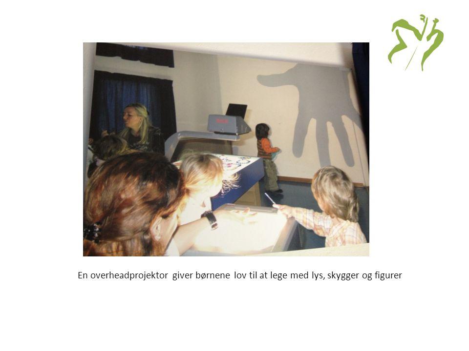 En overheadprojektor giver børnene lov til at lege med lys, skygger og figurer