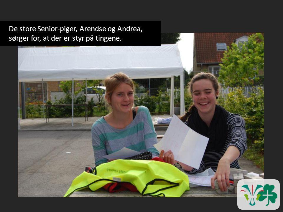 De store Senior-piger, Arendse og Andrea, sørger for, at der er styr på tingene.