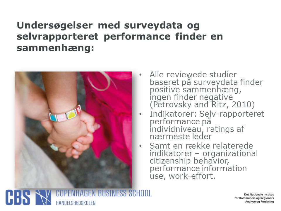 Undersøgelser med surveydata og selvrapporteret performance finder en sammenhæng: